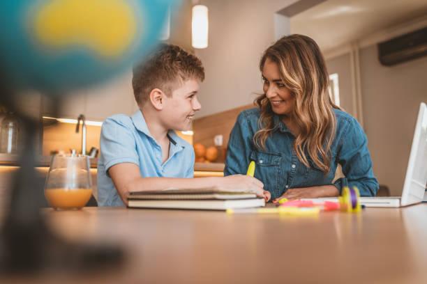 Photo de orthophoniste enseignant une langue un enfant autiste - Photo