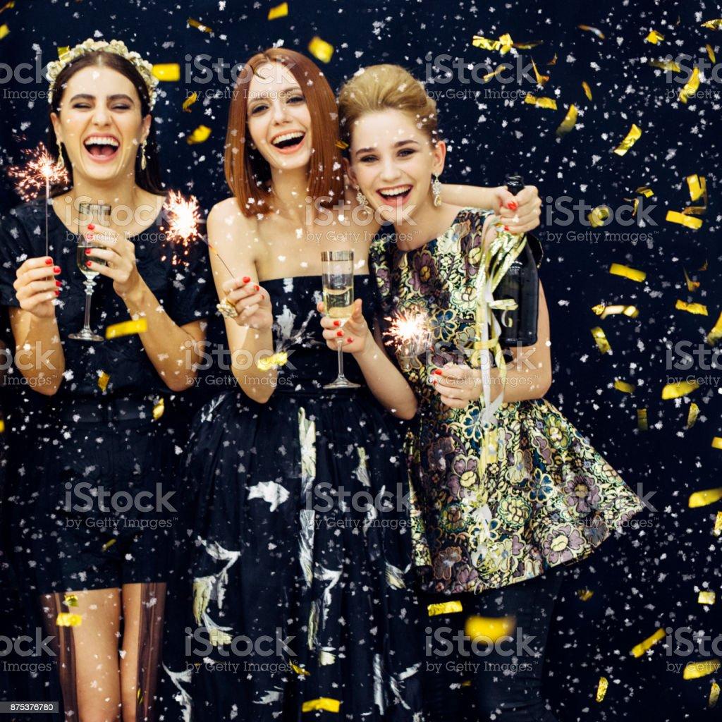 写真の 3 つの笑顔の女の子をちりばめた雪 ストックフォト