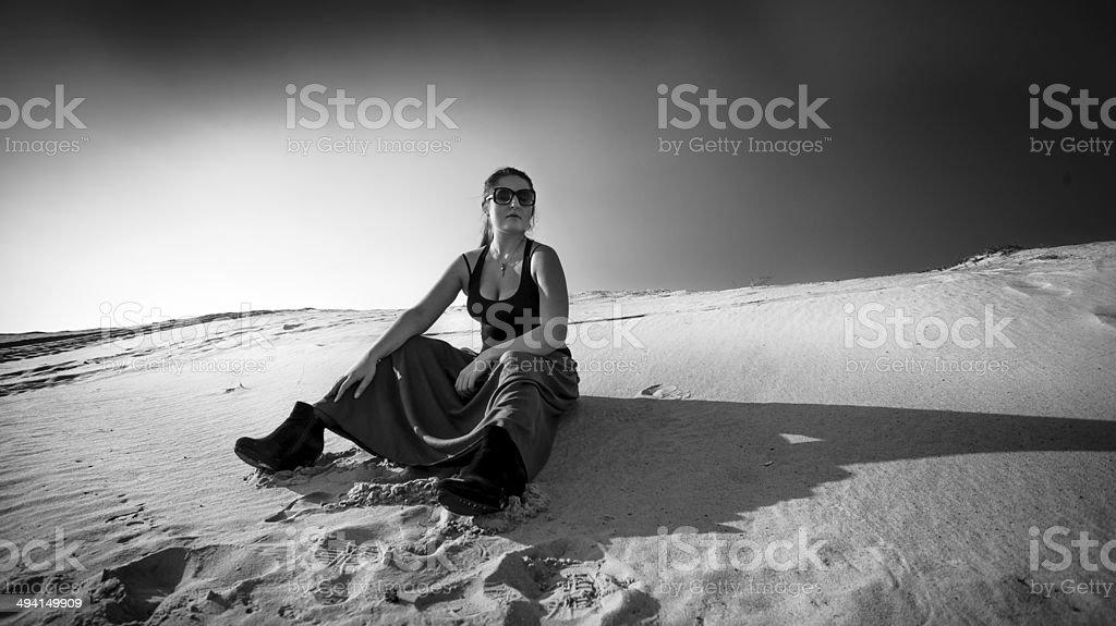 Foto de cansancio mujer sentada en la Duna de arena - Foto de stock de Actividad libre de derechos