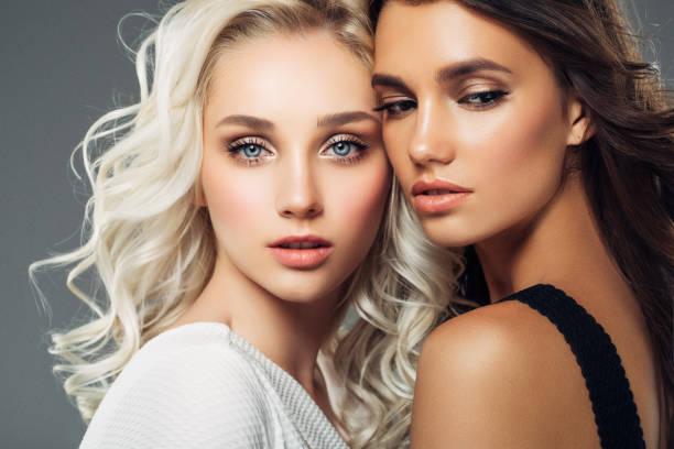photo de deux belles filles - yeux bleus photos et images de collection