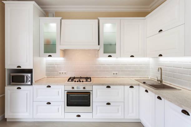 foto von gehobenen interieur mit hellen licht küchenschrank und andere design-elemente - schrank stock-fotos und bilder