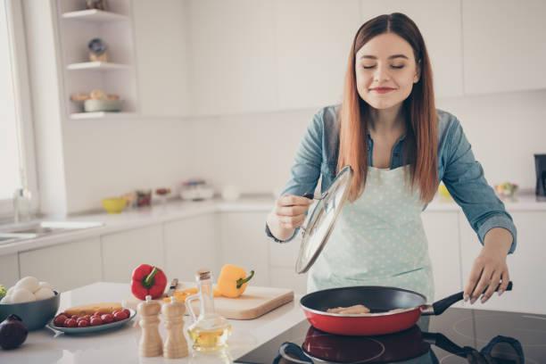 foto av hustru överlycklig process gör traditionella familje maträtt kryddor aromatisk lukt överallt i ljust kök rum - food woman to smell bildbanksfoton och bilder