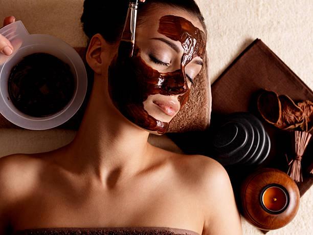 Spa-Massage für Frau empfangen kosmetische Maske – Foto