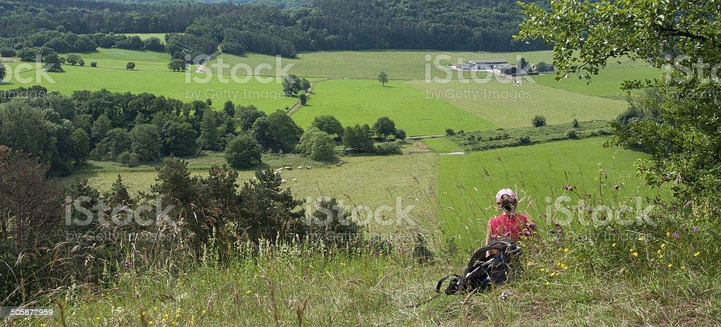 Photo de femme randonneur prendre une pause en-Ardenne valley - Photo