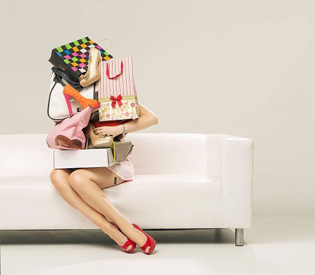foto von frau mit dem shopping-wand - kinderhandtaschen stock-fotos und bilder