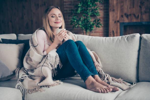 foto porträt von charmant positiv erfreut ruhigen einen einzigen mit freizeit attraktive augen, die ihre dame sitzt auf divan - behaglich stock-fotos und bilder