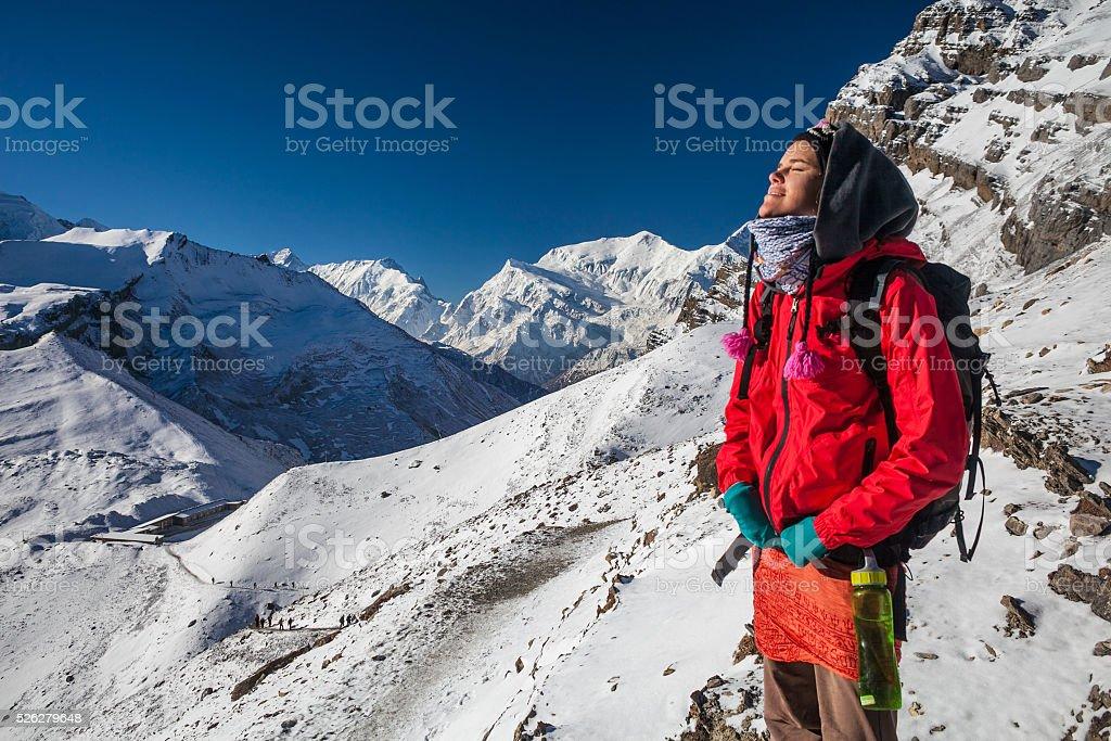 Фото молодая женщина путешественник с Рюкзак походы в горы с прекрасным стоковое фото