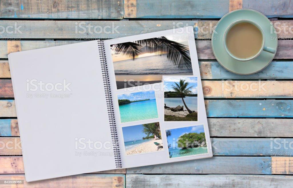 Álbumes de fotos álbum con fotos de viajes en tabla de piso de madera con café o té en taza - foto de stock