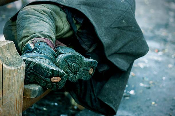 hobo-schlaf - sitzbank schuhe stock-fotos und bilder