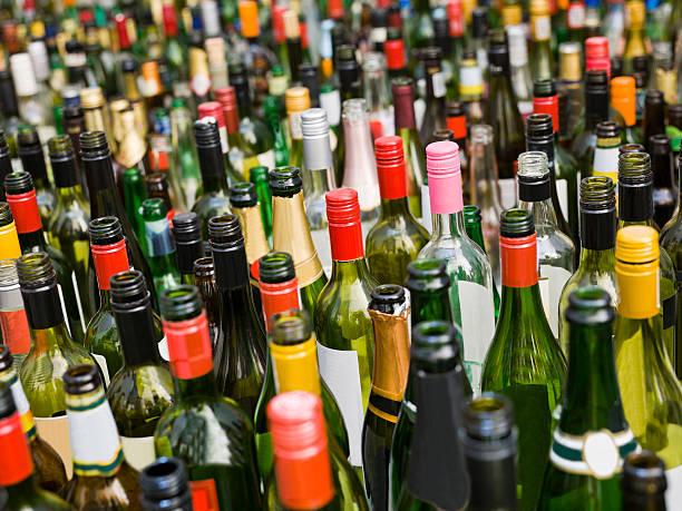 flaschen full frame - recycelte weinflaschen stock-fotos und bilder