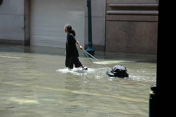 難民 - 水につかる ストックフォトと画像