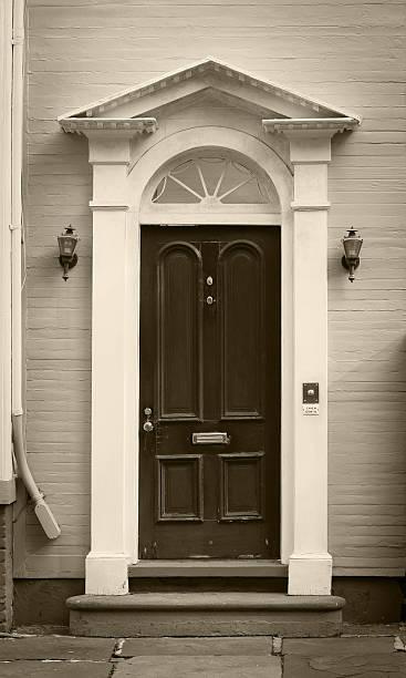 foto von einem alten eingang - wandleuchte treppenhaus stock-fotos und bilder