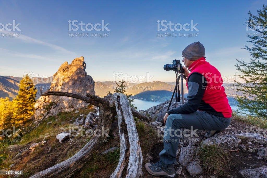Fotograf bei Sonnenuntergang mit Blick auf den Attersee von Schober - Sonnenuntergang am Mount Schoberstein, Alpen – Foto