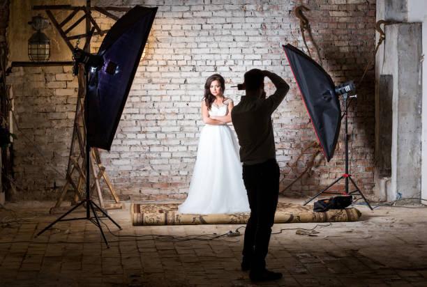 fotograf bei der arbeit. braut-sitzung - wedding photography and videography stock-fotos und bilder