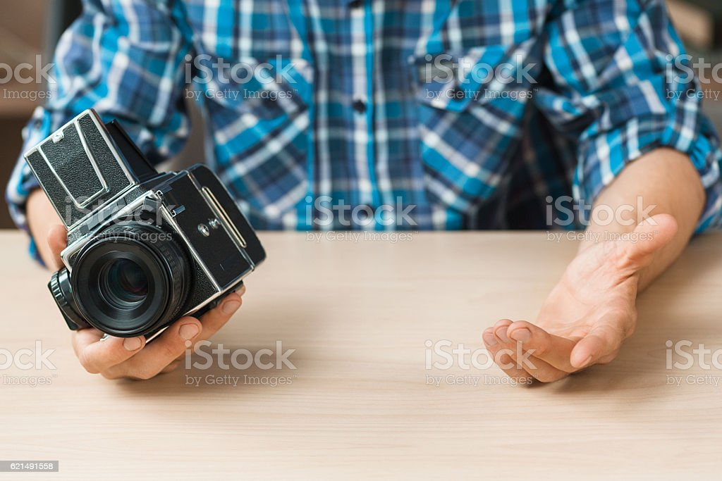 Photographer compare old camera with smth, void photo libre de droits