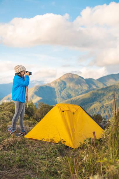 fotograf erkundet die berge im nationalpark serra dos orgéos, rio de janeiro, brasilien - zelt stehhöhe stock-fotos und bilder