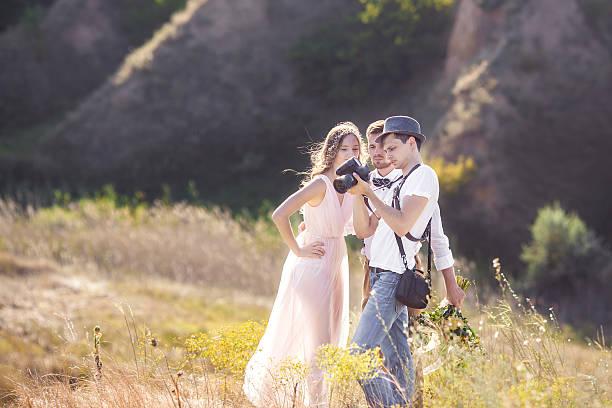 fotograf in aktion  - hochzeitsbilder stock-fotos und bilder