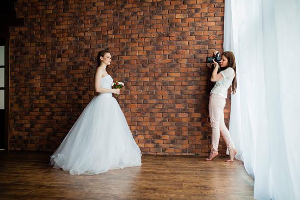 fotograf nimmt bilder die braut im der studio suite - wedding photography and videography stock-fotos und bilder