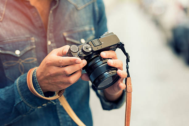 Photographer makes its settings. Background street. Lens flare – Foto