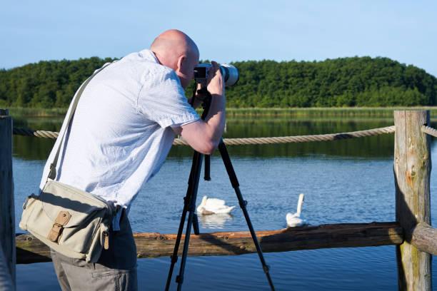 fotograf auf einem see - nationalpark müritz stock-fotos und bilder