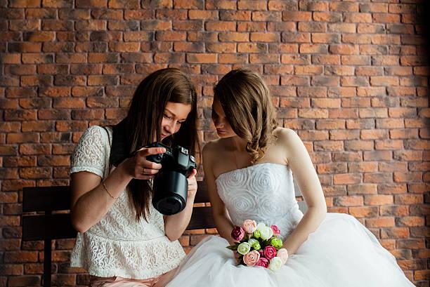 fotografin zeigt die braut hatte gerade fotos - wedding photography and videography stock-fotos und bilder
