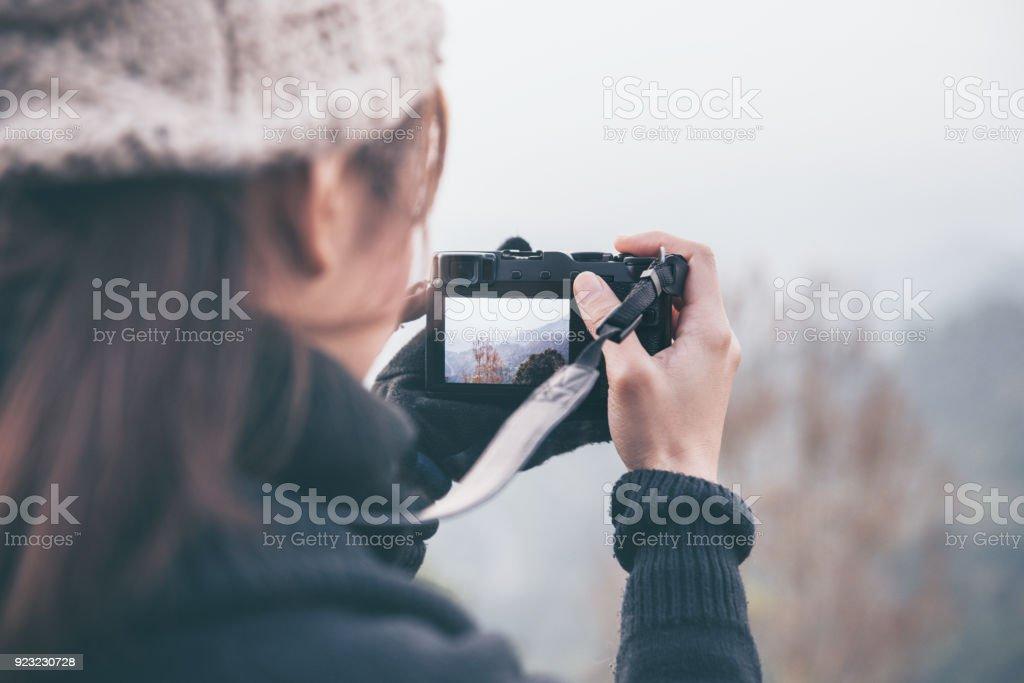 Fotograf mitnehmen spiegellose Digitalkamera eine Foto Landschaft Natur. – Foto