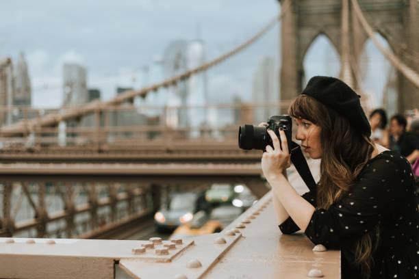 fotografer berfoto di brooklyn bridge, amerika serikat - traveler new york potret stok, foto, & gambar bebas royalti