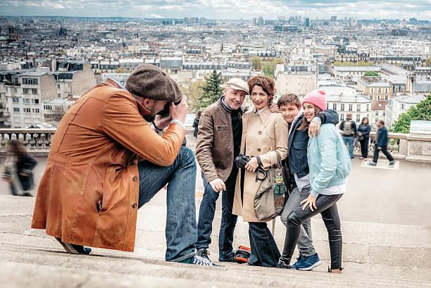 photographer taking picture of family on monmartre stairs in paris - happy weekend bilder stock-fotos und bilder