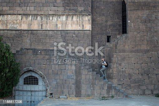 Türkiye, Diyarbakır, Sur ilçesine adını veren tarihi surlarda gezen turist fotoğrafçı