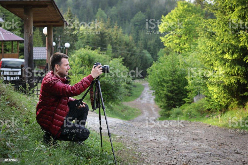 숲에서 풍경 촬영 삼각대에 카메라와 함께 사진 작가 - 로열티 프리 개념 스톡 사진