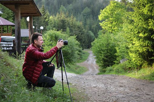 숲에서 풍경 촬영 삼각대에 카메라와 함께 사진 작가 개념에 대한 스톡 사진 및 기타 이미지