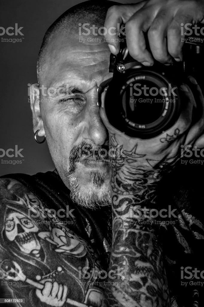 Fotograf Z Tatuaże I Kamery W Rękę Zdjęcia Stockowe I