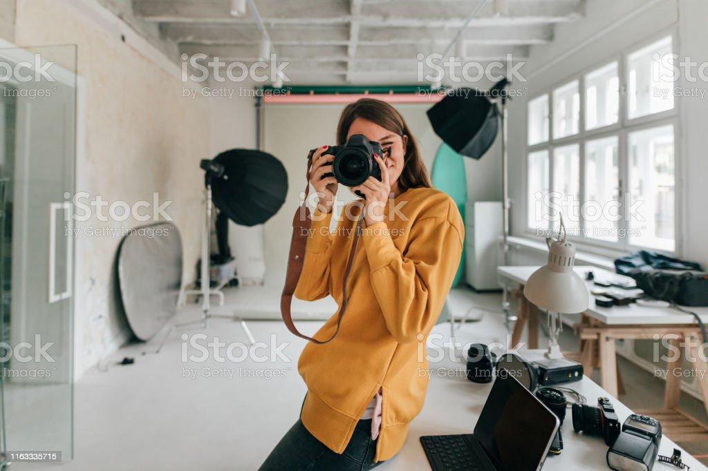 Fotograf arbeitet in einem Studio - Lizenzfrei Arbeiten Stock-Foto