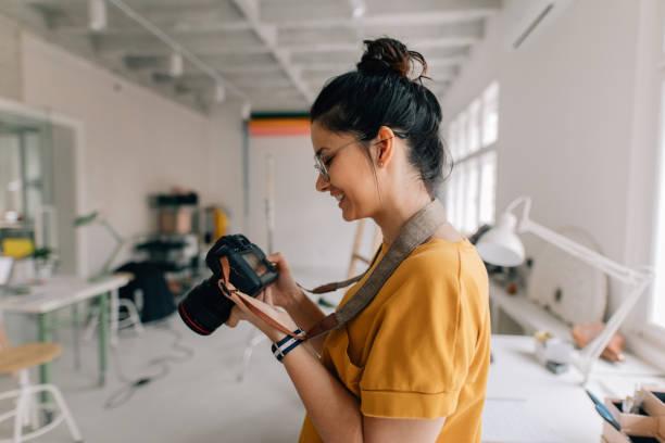fotograf arbeitet in einem studio - fotografische themen stock-fotos und bilder