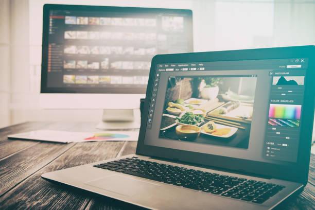 Photographers computer with photo edit programs. – zdjęcie
