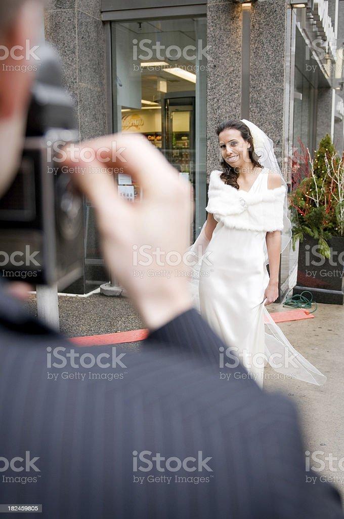 Fotografiando una novia con película foto de stock libre de derechos