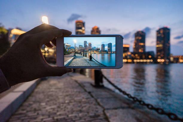 skyline von boston bei sonnenuntergang fotografieren - fotografische themen stock-fotos und bilder