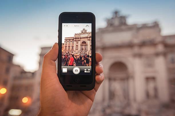prendre une photo de la fontaine de trevi à rome - camera sculpture photos et images de collection