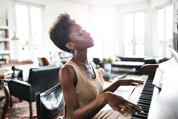 fotografieren frau, die klavier spielen - französisch übungen stock-fotos und bilder