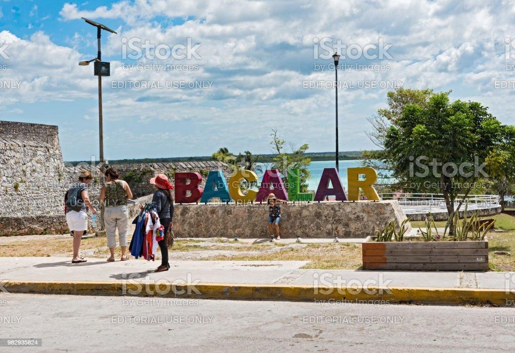 fotografiando a los turistas delante del deletreado colores de bacalar, quintana roo, México - foto de stock
