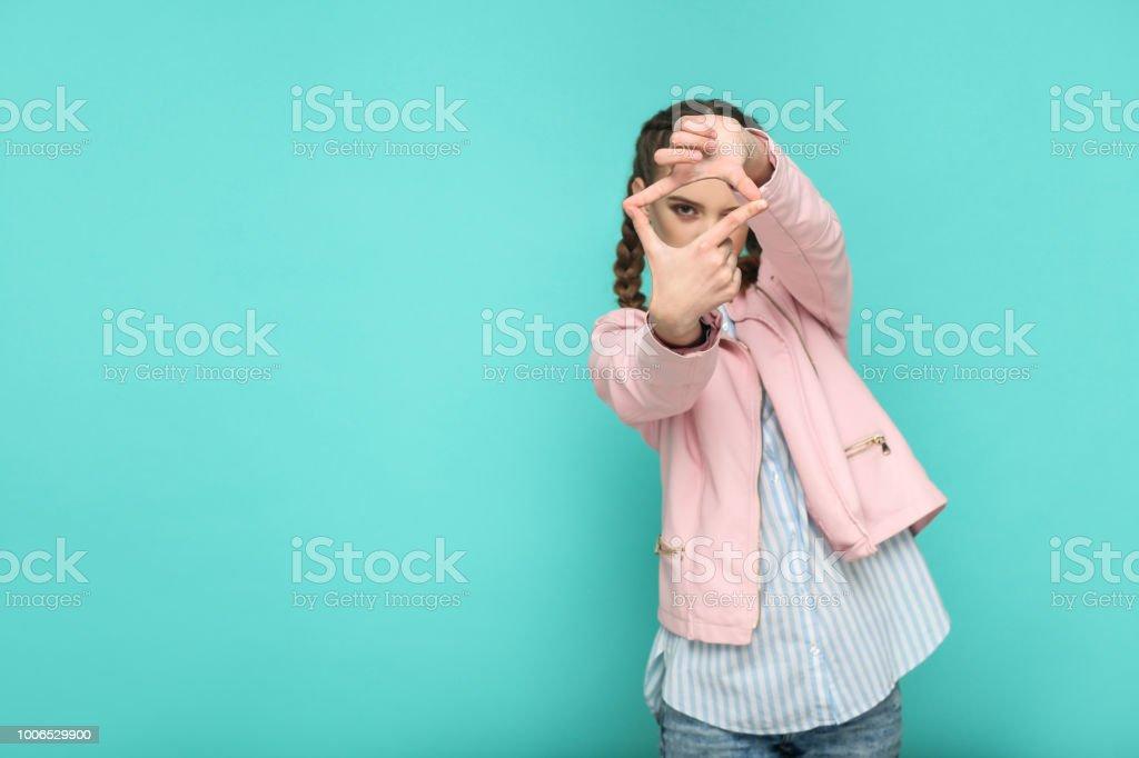 Fotografie-Frame. Porträt von schönen niedlichen Mädchen stehend mit Make-up und braunen Zopf Frisur in gestreiften hellblaues Hemd rosa Jacke. – Foto