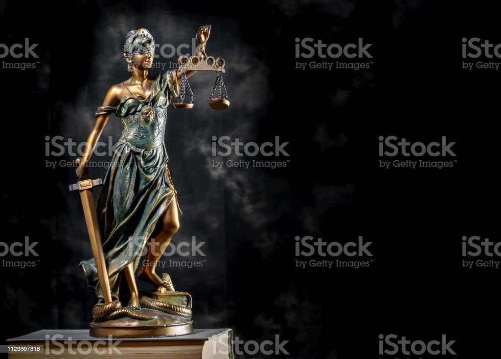 https www istockphoto com tr foto c4 9fraf foto c4 9fraf kitaplar ile koyu arka plan c3 bczerinde bronz themis heykeli femida veya gm1129367318 298305986