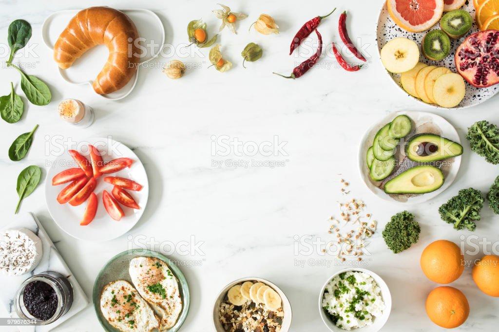 769b05bd1e Fotografie von Variuos Bio Obst und Gemüse auf dem Marmortisch. Gesunde  Ernährung-Hintergrund mit