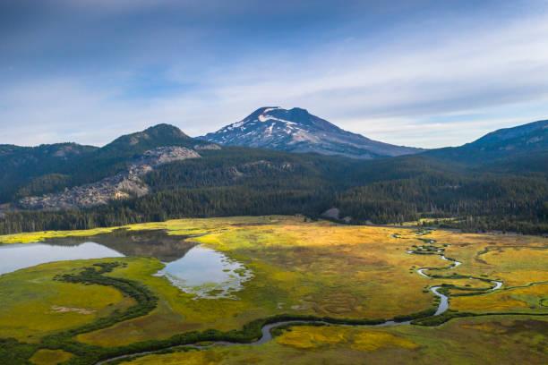 Fotos Luftbildansicht des ruhigen Sees in den Bergen – Foto
