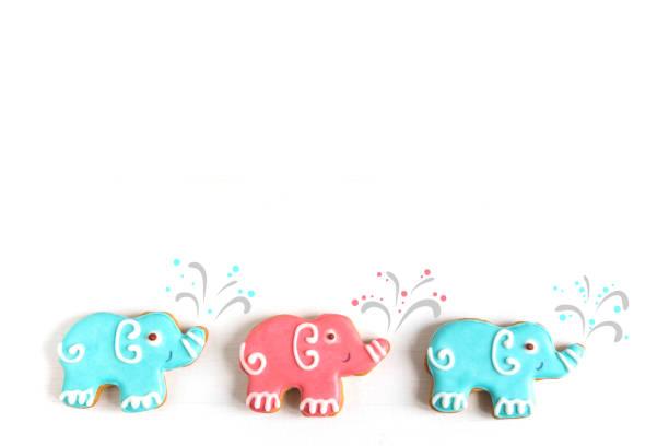 fotos von autos und elefanten auf einem hölzernen hintergrund. kinder-banner. rahmen für grußkarte neugeborenen jungen. leer für kindisch banner design mit lebkuchen. - sterntaufe stock-fotos und bilder