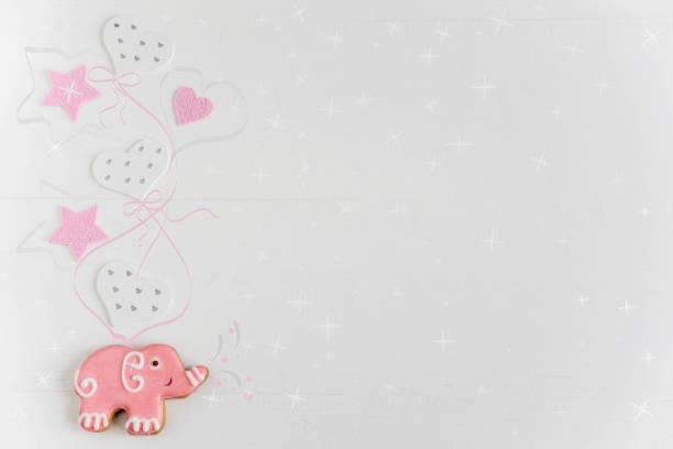 fotos von autos und elefanten auf einem hölzernen hintergrund. kinder-banner. rahmen für neugeborene mädchen grußkarte. leer für kindisch banner design mit lebkuchen. - sterntaufe stock-fotos und bilder