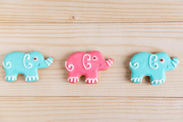 fotos von elefanten auf einem hölzernen hintergrund. kinder-banner. rahmen für grußkarte neugeborenen jungen. leer für kindisch banner design mit lebkuchen. - sterntaufe stock-fotos und bilder