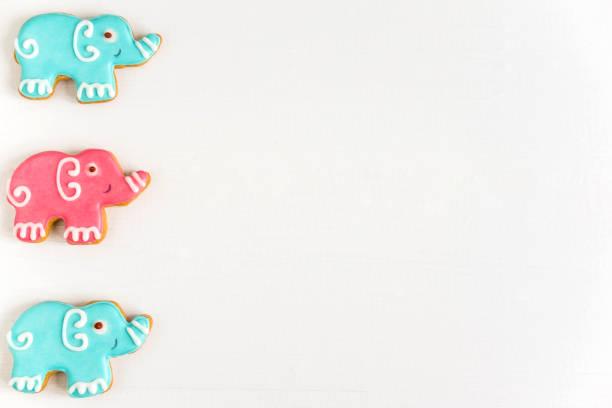 fotos von elefanten auf einem holzhintergrund. kinderbanner. rahmen für grußkarte neugeborenen jungen. blank für design kindliche banner mit lebkuchen. - sterntaufe stock-fotos und bilder