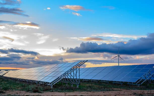 solceller och vindkraft anläggning vid solnedgången - spain solar bildbanksfoton och bilder