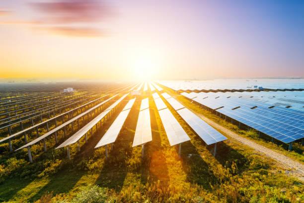 photovoltaik-module zu reflektieren, abendlicht und wolken - solarstrom stock-fotos und bilder